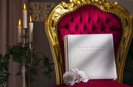 Hochzeitsfotograf Aschaffenburg, Hochzeitsbuch, Hochzeitsbildband, Barockstuhl, Kerzenständer