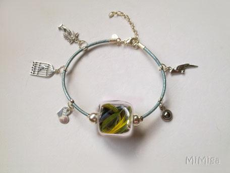 joya-artistica-mi-miga-joya-pulsera-cuero-plata-charms-plumas-cotorra-argentina-jerry-perla-cara-1