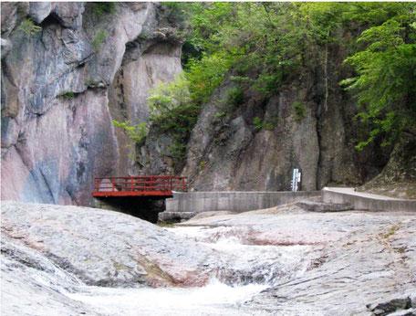 吹割の滝の岩場