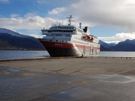 Hurtigruten Schiff beim Einlaufen in den Hafen