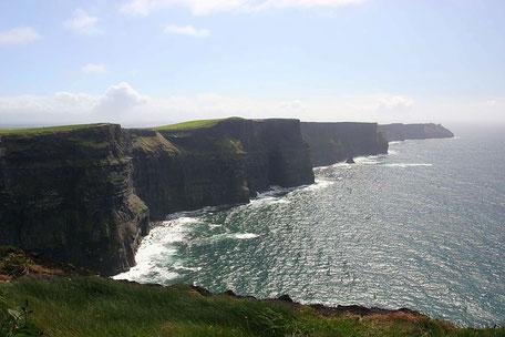 Küstenlinie der Cliffs of Moher in Irland bei schönem Wetter
