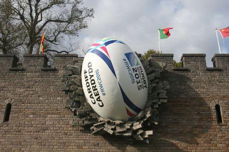 """Riesiger Rugby """"durchschlägt"""" Mauer des Cardiff Castles"""