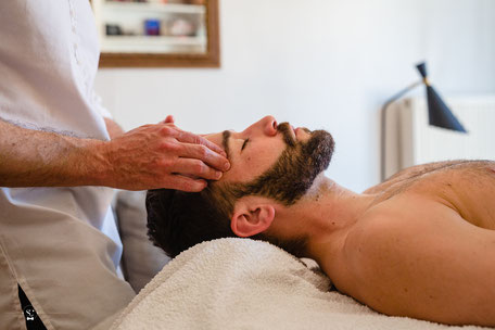 Homme qui reçoit un massage du visage par un homme à Lyon