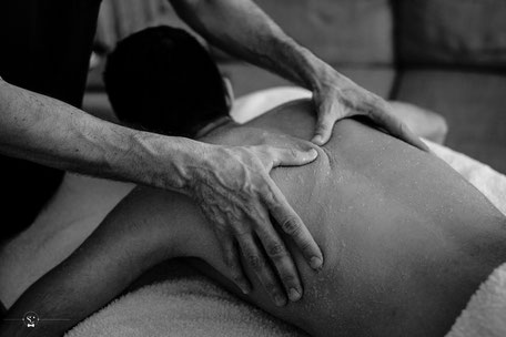 Un homme qui reçoit un massage par un homme à Lyon