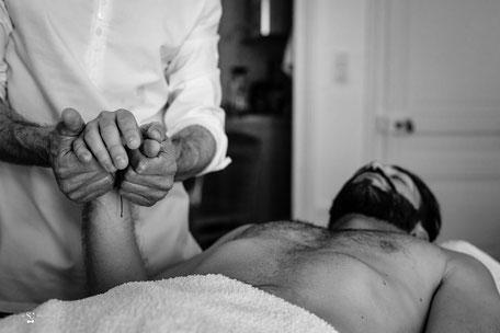 Un homme qui reçoit un soin d'ostéopathie énergétique par un homme à Lyon