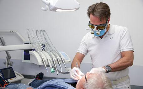 Zahnarzt Dr. Steffen Balz, Backnang, beim Arbeiten mit der Lupenbrille