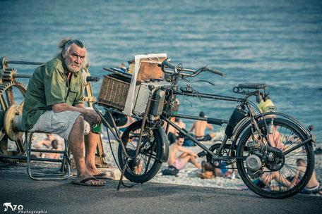 Vieux peintre au bord de mer - Nice - promenade des Anglais