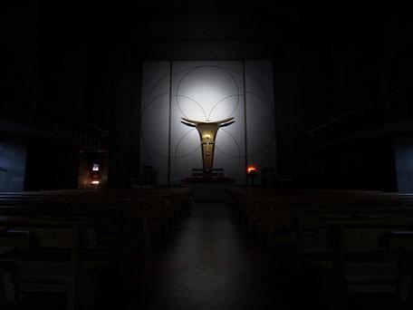 聖アンセルモ カトリック目黒教会の日没後の内部の画像