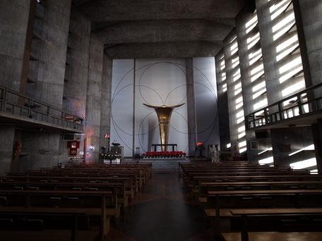 聖アンセルモ カトリック目黒教会の昼間の内部の画像