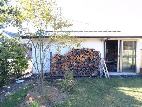 「兄の家」のストーブ用の薪が積まれている画像