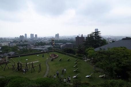『小原流盛花記念館』から屋上庭園を見た画像