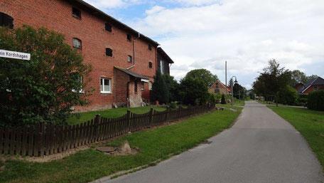 Fotoe der jetzigen Westseite des Speicher in Klein-Kordshagen und der Straße nach Stralsund