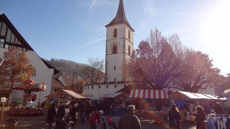 Der Markt in vollem Gange an einem Wintermorgen