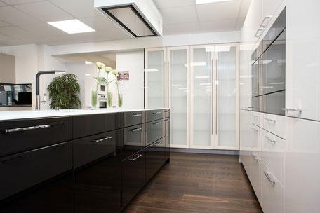 Küche ohne Glaswand im Hintergrund ohne Glasschränke im Hintergrund
