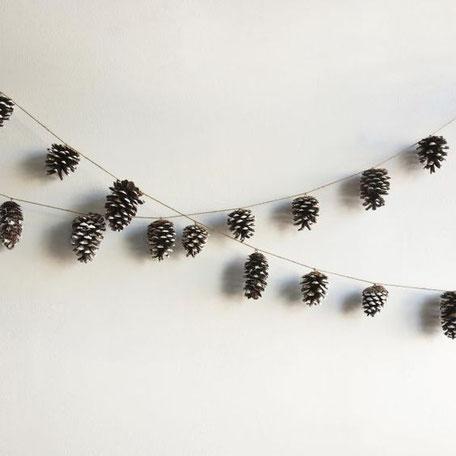10 Pine cone Christmas decor DIY, Pine cone garland, image via calmmoment