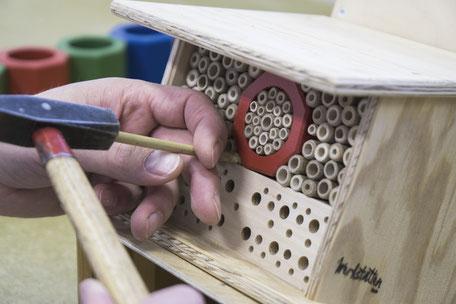 Herstellung einer Wildbienen Nisthilfe. Die Wildbienen Nisthilfe ist in zwei Grössen erhältlich und wird in den Werkstätten Bern hergestellt.