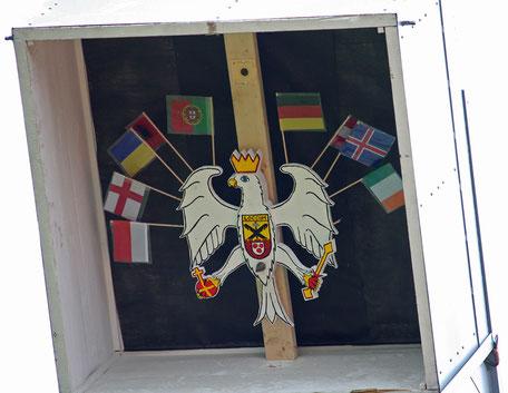 In luftiger Höhe der Kasten mit dem Adler. Zuerst werden die Fähnchen abgeschossen, dann die Insignien des Adlers.