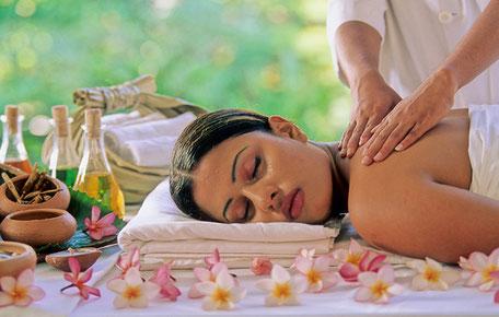 C'est en Inde dont elle est originaire qu'il faut découvrir la médecine ayurvédique. Ici, une jeune femme recoit un massage avec des huiles essentielles adaptées. Bien-être garanti.