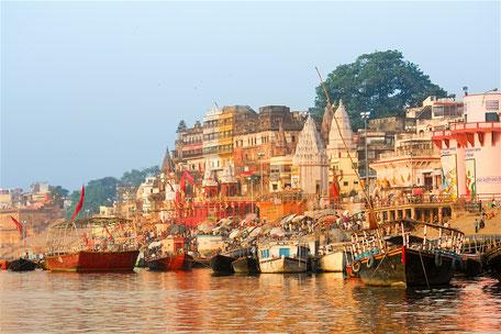 Vârânâsi (Bénarès) et ses Ghâts. Bénarès est la ville sacrée des Hindous. Située sur les rives du Gange, elle attire un grand nombre de pèlerins,  de sadhus, de croyants et de touristes en quête de spiritualité.