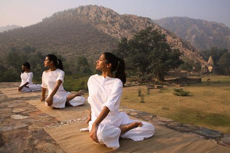 Initiation au yoga et à la méditation aux sources du Gange, au pied de l'Himalaya.