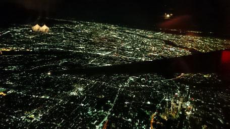 帰りの飛行機からは満月のもと大阪の夜景がきれいでした