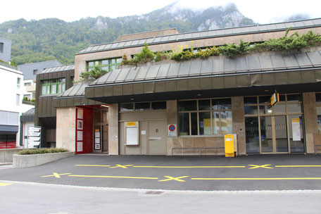 Eingang der Physiotherapie Glarus
