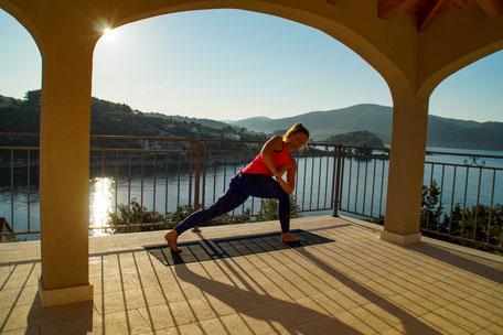 Yoga und Meditation Sonne Krieger Drehung Vela Luka