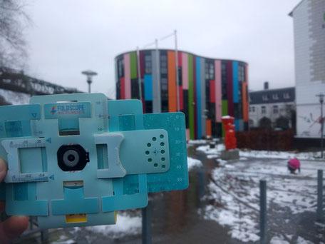 Foldscope im Vordergrund, im Hintergrund das Gebäude der Junior Uni Wuppertal