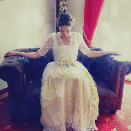 Dirndl, Brautdirndl, Hochzeitsdirndl lang Schnürung Perlen und Muschelborte mit Doppelschürze gelbe Seidenschürze und weiße Spitzenschürze Hotel Tirol