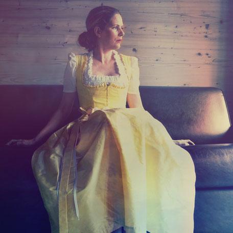 Dirndl, Brautdirndl, Hochzeitsdirndl lang Baumwolle Druck Gelb mit  Seidenschürze gelb Fiss