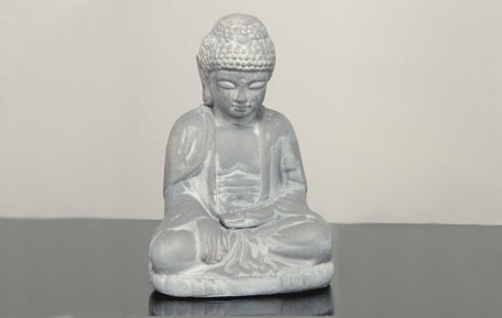 Figura de buda meditando de color gris