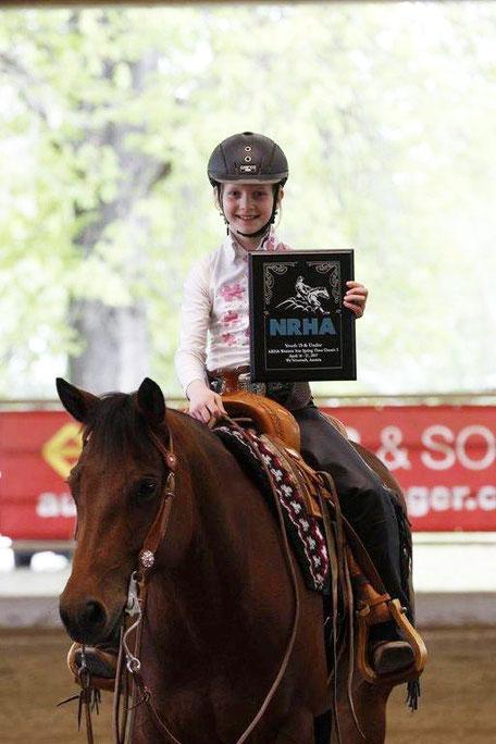 NRHA-Plaque für Franziska Schrenk und Possums Deeanna Whiz für den Sieg in einer Jugendklasse. Foto: Peter Schrenk