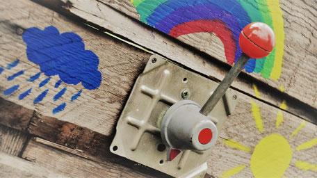 Regen Regenwolke Regenbogen Sonne gemalt Schalter Holz