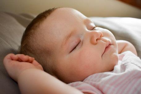Tipps zum Einschlafen: Mit diesen Gute-Nacht-Ritualen klappt es mit dem Einschlafen bei Kindern. Foto: Tara Raye/unsplash