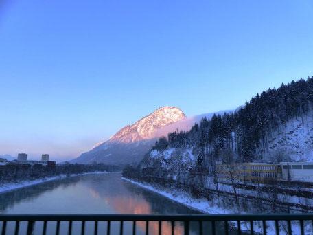 Die ersten verschneiten Berge tauchen auf
