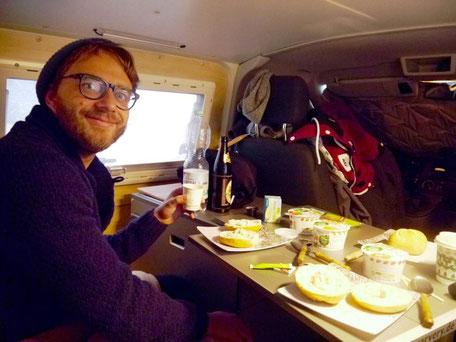 Frühstück zu dritt im VWT5 Schlafbus Ausbau
