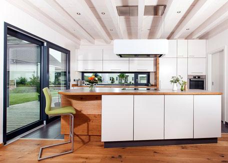 Wohnküche in Eiche/weiß im Terassenbereich