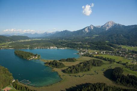 Faaker See von der Luft aus. Blick auf die Halbinsel und die Karawanken.