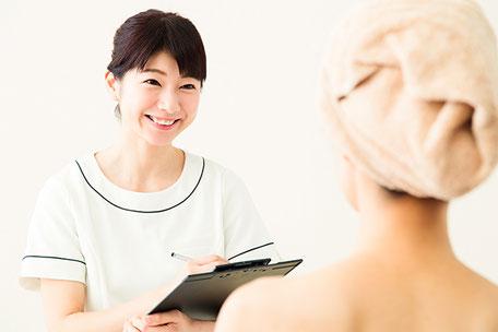 患者様に微笑む看護師のイメージ