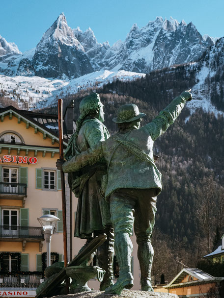 Statue of Horace Bénédict de Saussure & Jacques Balmat in Chamonix (French Alps, Alpes françaises)