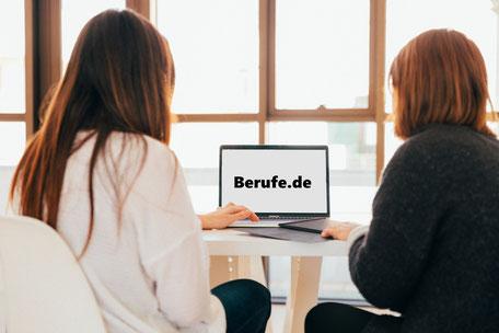 Berufsberatung mit online Test für Teenager am Laptop für Berufsorientierung und Tricks für deinen Berufsweg..