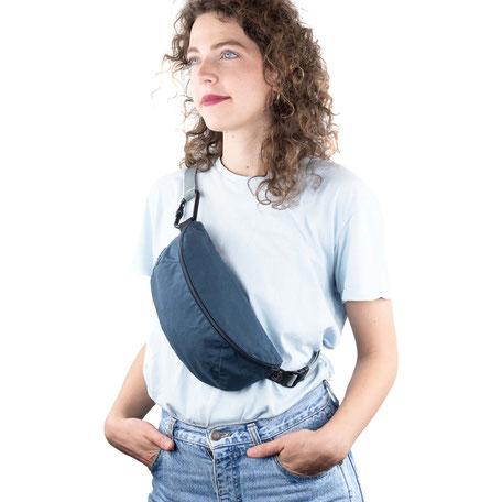 Petrol blaue Bauchtasche/Brustbeutel mit schwarzem Karabiner und grauem Band.