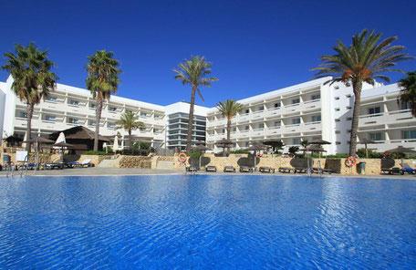 Situado a 300 metros de la playa y en una zona acantilada, el Hotel Garbí Costa Luz cuenta con una localización privilegiada y las mejores vistas de la Costa de la Luz