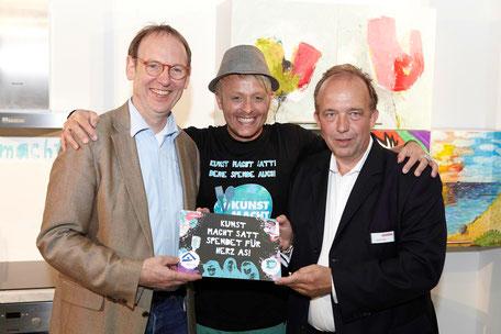 Kunst macht satt - Ross Antony mit Ulrich Hermannes, Geschäftsführer hoffnungsorte hamburg (links), und André Pape, Geschäftsführer Küche&Co (rechts)