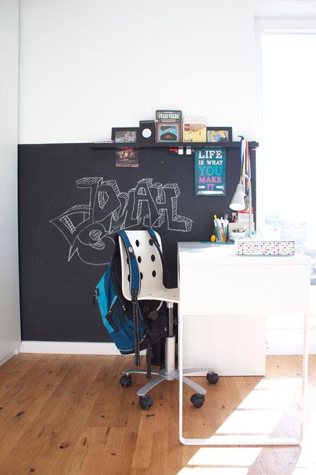 dieartigeBLOG - Kinderzimmer Upgrade | Tafelwand mit Ablage