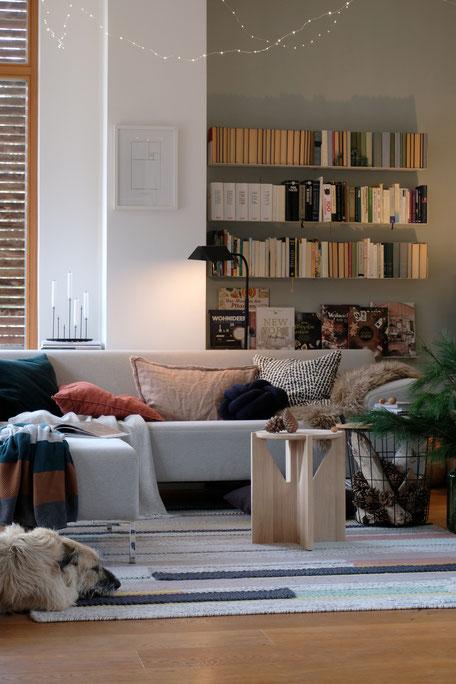 dieartigeBLOG // Wohnzimmer im November, Freistil-Sofa in Hellgrau + Bücherregale + Lichterkette + Hund