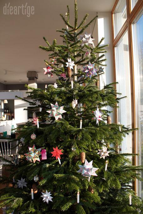 dieartigeBLOG - Weihnachtsbaum, Christbaum mit Fröbelsternen und echten Tannenzapfen