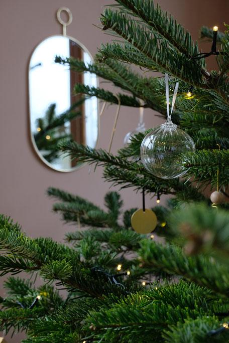 dieartigeBLOG // Wohnzimmer im Dezember, Weihnachtsbaum 2019,  Klarglaskugeln, Messing, Gold, Holz - DIY