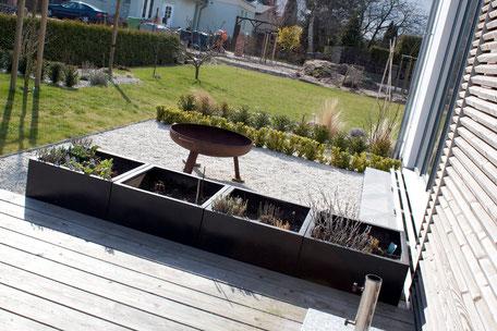 dieartigeBLOG - Terrassendiele Sibirische Lärche, Edelsplitt weiß, Feuerschale, Pflanzkästen schwarz