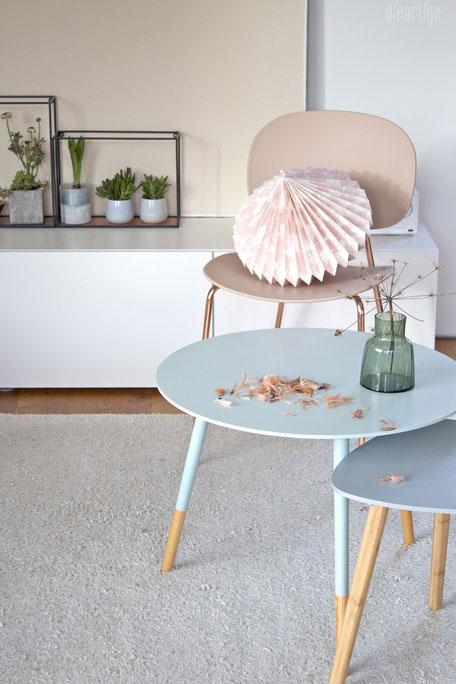 dieartigeBLOG - Stuhl Tondina in Rosè, Beistelltische in Mint+Ocean, Sukkulenten